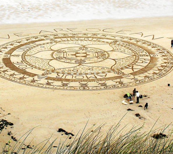 Le mandala géant réalisé sur la plage de la Baie des Trépassés par Emilie Vincent et son équipe de volontaires